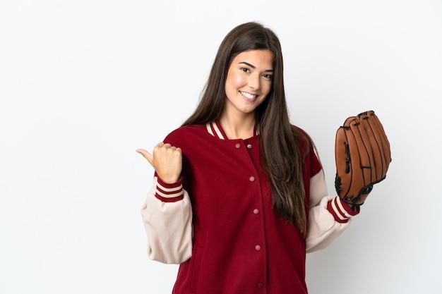 Бразильская женщина-игрок с бейсбольной перчаткой на белом фоне, указывая в сторону, чтобы представить продукт