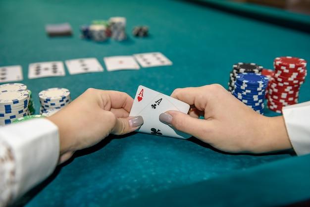 손에 두 개의 에이스 조합을 확인하는 플레이어