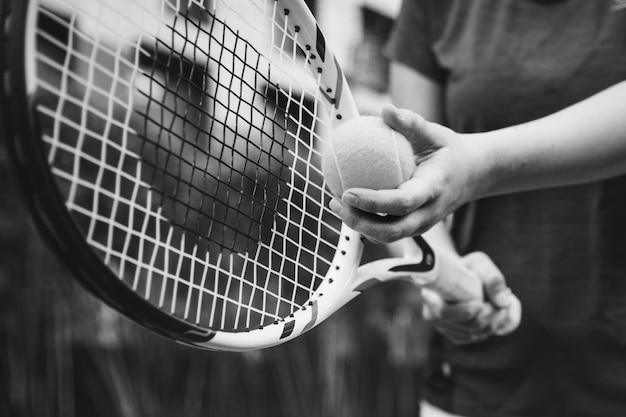 テニスでサーブの準備をするプレーヤー