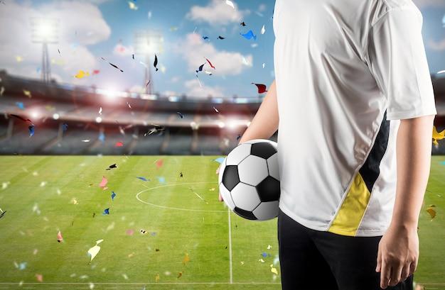 Игрок держит мяч на фоне стадиона