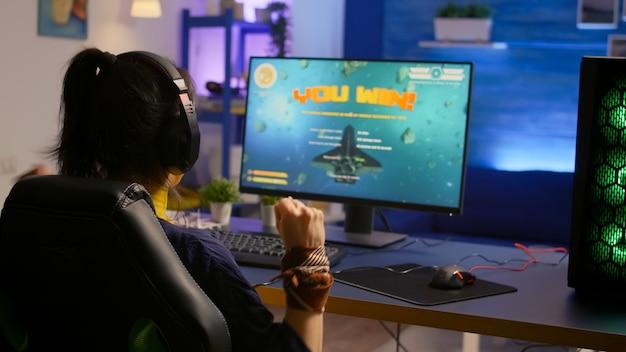 Игрок, выигравший киберспортивный турнир по космическому стрелку, в профессиональной гарнитуре