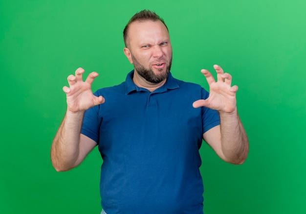 Giocoso uomo adulto slavo che fa gesto di zampe di tigre