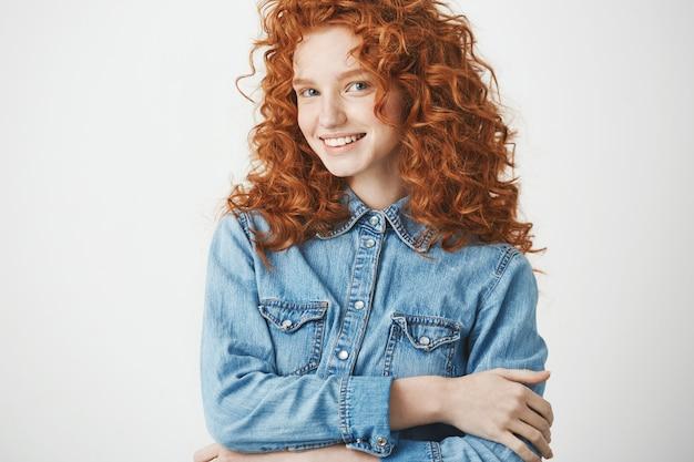 Игривая красивая рыжая девушка улыбается копия пространство.