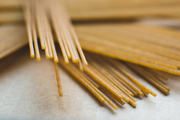 パスタスパゲッティの遊び心のある束