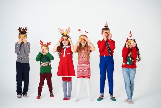 Bambini allegri che tengono l'arco davanti agli occhi