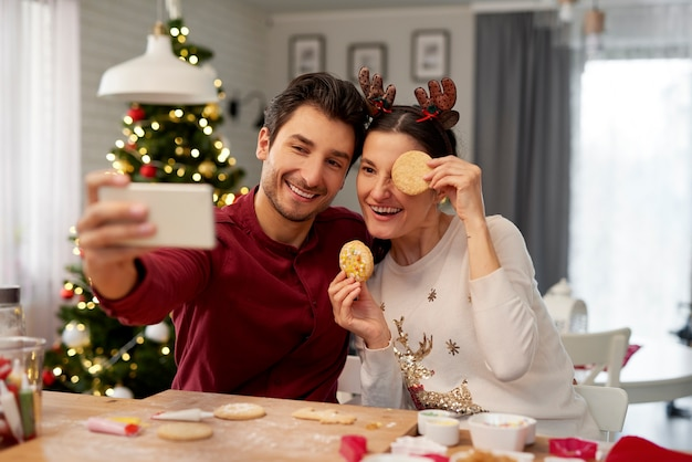 クリスマスに自分撮りをする遊び心のあるカップル