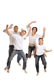 Игривая семья в ярких футболках на белом фоне