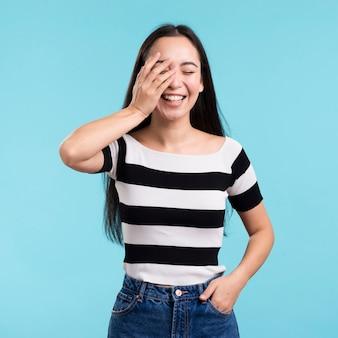 Игривая женщина закрыла глаз рукой Бесплатные Фотографии