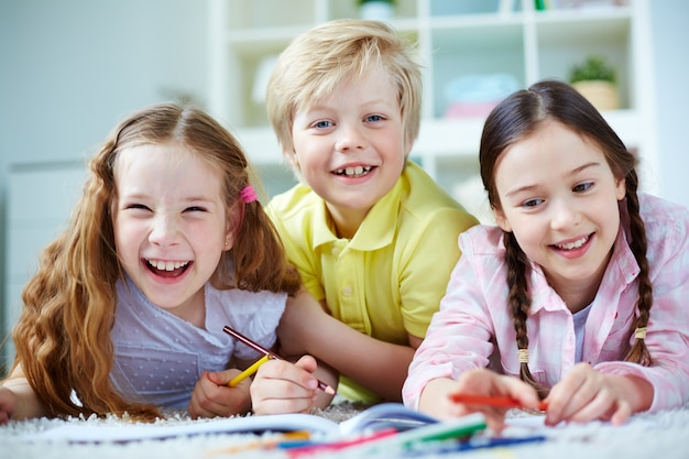 Playful friends drawing together Free Photo