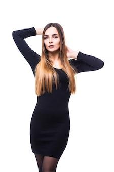 Donna divertente giocosa in piedi in abito nero su bianco