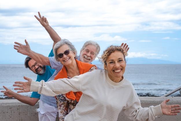 걱정 없이 웃고 있는 바다에서 야외 여행을 하며 즐거운 시간을 보내는 가족