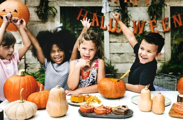 ハロウィンフェスティバルを楽しんで遊ぶ子供たち
