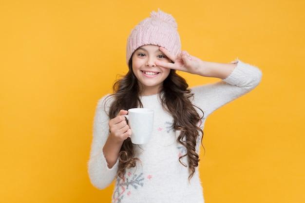 冬の服で遊び心のある少女