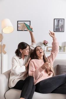 Игривая мама и дочка