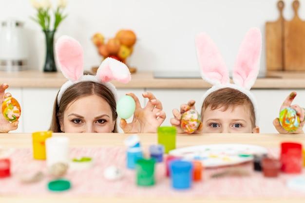 Игривая мама и сын с кроличьими ушами