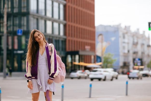 거리에서 즐거운 시간을 보내는 예쁜 젊은 여성의 장난스런 초상화