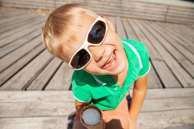 舌を示すアイスクリームコーンと遊び心のある未就学児