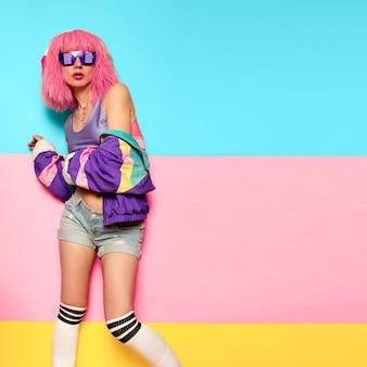 발랄한 스타일리시 걸 디제이. 레이브, 하우스, 디지털 파티 음악 및 피트니스 진동. 클럽 활동 최소한의 팝 아트