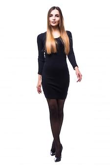 Donna allegra in piedi in abito nero su bianco in tutto il corpo