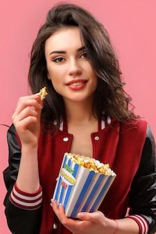 Игривая женщина с пакетом попкорна