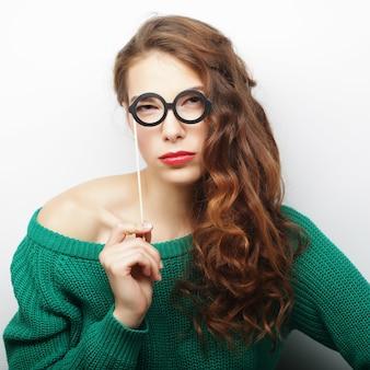 Игривые молодые женщины, держащие партийные очки
