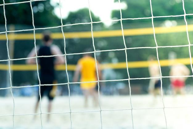 Площадка для пляжного волейбола летом. спортивная сетка на детской площадке летом при солнечном свете