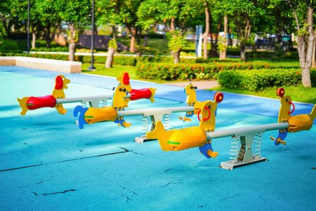 公共の公園で庭活動でカラフルなシーソーを楽しんで子供子供子供のための遊び場。