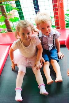 어린이를위한 실내 놀이 공원의 놀이터.