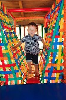 Игровая площадка в крытом парке развлечений для детей.