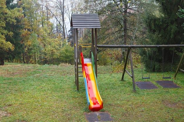 Детская площадка с горкой в горном лесу