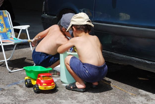 차 안에서 놀고 여름철에 청소하는 아이들