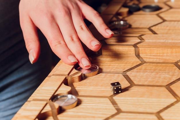 バックギャモンゲームをする。男はボードゲームをします。木の板にさいの目に切る。