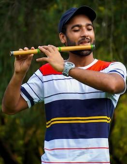 バンスリーフルートのインドの管楽器を演奏する