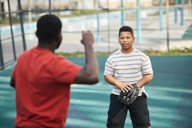 Играть в бейсбол с сыном