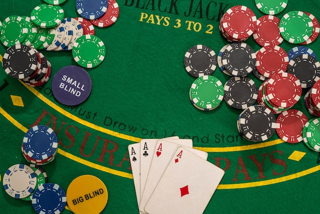 녹색 테이블에 카드 놀이 및 카지노 포커 칩. 곤봉