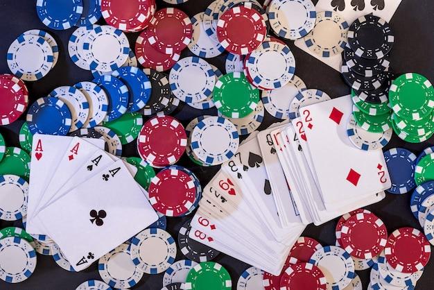 녹색 카드 놀이 및 카지노 포커 칩