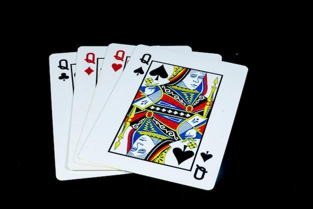 Игральные карты на черном фоне