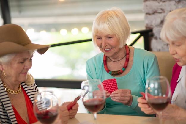 카드 놀이. 카드 놀이와 흥분 찾고 수석 쾌활한 여성