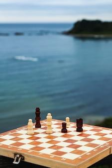 Игра в шахматы на доске на пляже шахматная доска на фоне моря