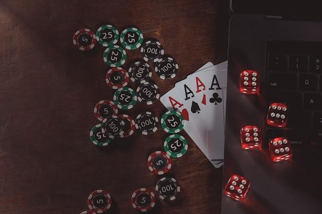 나무 테이블에 칩, 오지 및 카드를 재생합니다.
