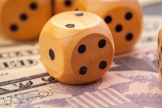 Игра в кости и американские доллары