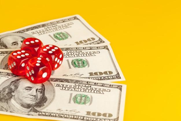 Игральные кубики и стопка долларовых купюр.