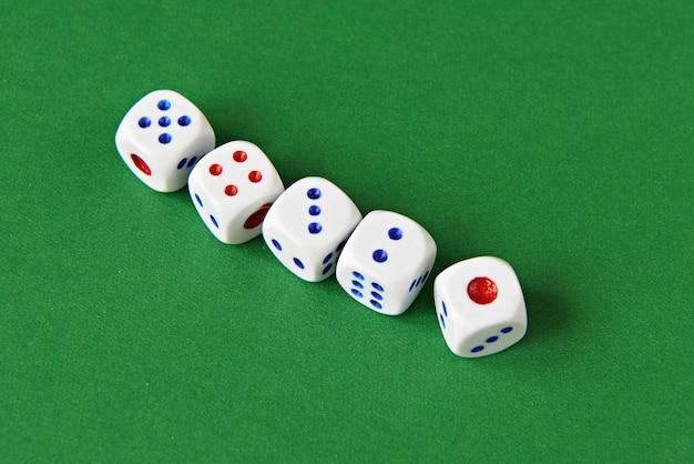 Игра в кости на зеленой поверхности