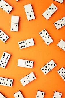 Игра в домино на оранжевом столе