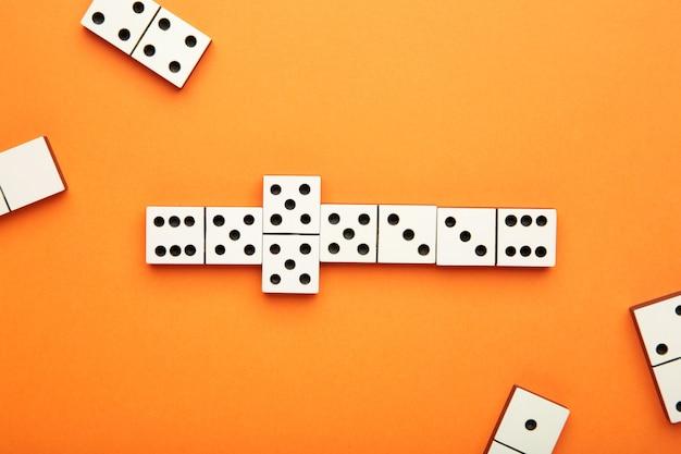 Игра в домино на оранжевом столе Premium Фотографии