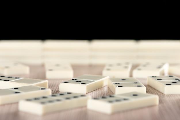Игра в домино на деревянном столе