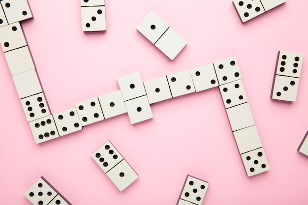 Игра в домино на розовой поверхности