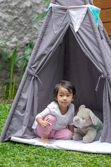 Играя в палатке