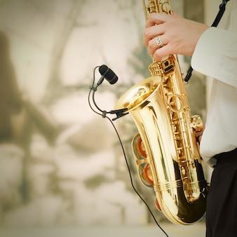 Играет на саксофоне