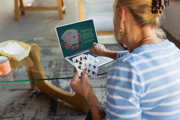 ポーカーカジノをオンラインでプレイする自宅で勉強している年配の女性がオンラインコースを取得する